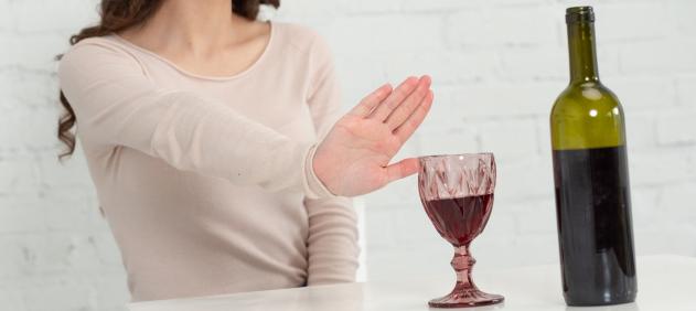 飲酒を控える女性の画像